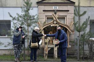 Miniatura zdjęcia: Przewodniczący Rady Gminy wręcza Nagrode sołtysowi