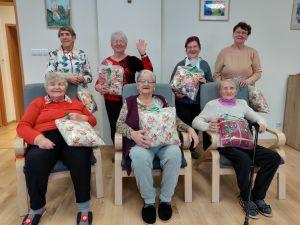 Miniatura zdjęcia: Pierwsza grupa Seniorów otrzymała upominki z okazji Dnia Babci i Dziadka