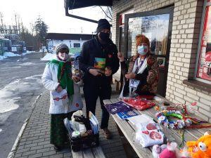 Miniatura zdjęcia: trzy osoby zbierają pieniądze do puszek wośp